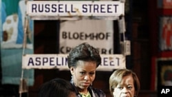 Michelle Obama da mahaifiyarta Marian Robinson na sauraron Bonita Bennett.