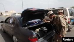 Tentara memeriksa sebuah mobil di pos pemeriksaan di Sanaa, Yaman 26 Juni 2014. (Foto: dok.)