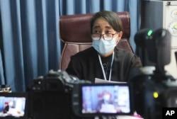 Min Min Soe, pengacara di tim pembela yang mewakili pemimpin Myanmar yang digulingkan Aung San Suu Kyi, berbicara kepada wartawan selama konferensi pers di Naypyitaw, Myanmar, Selasa, 6 Juli 2021.