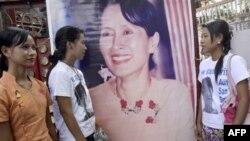 Bà Aung San Suu Kyi nhận giải Nobel Hòa bình năm 1991 vì các nỗ lực mang lại dân chủ cho Miến Điện.