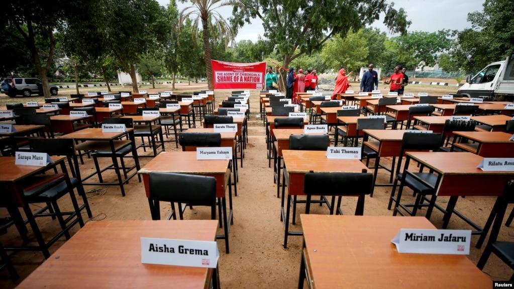 资料照:尼日利亚失踪女学生的名牌被摆放在桌子上以纪念她们被博科圣地反叛组织劫持走5周年。(2019年4月14日)(photo:VOA)