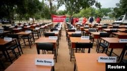 尼日利亞失踪女學生的名牌被擺放在桌子上以紀念她們被博科聖地反叛組織劫持走5週年。(2019年4月14日)