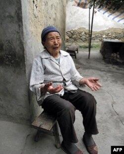 安顺场大渡河边的禹凤英老人