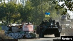 乌克兰东部的政府军军人在装甲车上