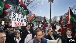 Mouvman Rebelyon an Kontinye nan Libi - Khadafi di li pap Kite Pouvwa a