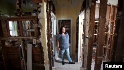 Nicole Chati dentro de lo que quedó de su casa tras el paso de la supertormenta Sandy en la isla Staten de Nueva York.
