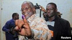 John Pombe Magufuli, candidat du parti au pouvoir, le Chama Cha Mapinduzi, montre son doigts marqué de l'encre indélébile après avoir voté dans son village de Chato district, dans la région de Geita, Tanzanie, 25 octobre 2015. REUTERS/Stringer