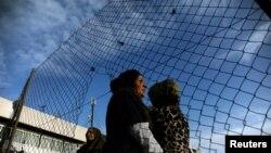 Une Afghane participe à une manifestation pour protester contre les conditions de vie dans le camp de d'Hellinikon, en Grèce, le 18 février 2017.