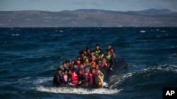Des migrants africains approchent l'île grecque de Lesbos, le 28 octobre 2015. (AP Photo/Santi Palacios)