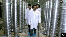 Iranian President Mahmoud Ahmadinejad, center, visits Natanz Uranium Enrichment Facility, some 200 miles (322 kilometers) south of Tehran, April 8, 2008 (file photo).