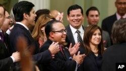 El patrocinador de la legislación Luis Alejo celebra la aprobación de la legislación que permitirá a más de dos millones de inmigrantes acceder a una licencia de conducir.