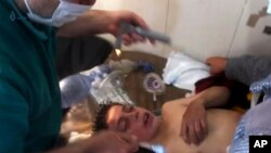 Un médecin soigne une victime d'une attaque chimique présumée à Khan Sheikhoun, dans le nord de la province d'Idlib, Syrie, 4 avril 2017.