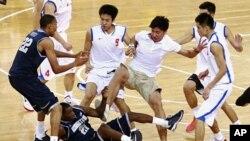 美国乔治城大学篮球队与中国八一男子篮球队8月18日在北京进行友谊赛时,两队的球员打了起来