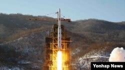 지난 해 12월,북한의 장거리 로켓 은하3호가 평안북도 철산군 동창리의 서해위성발사장에서 발사되고 있다.