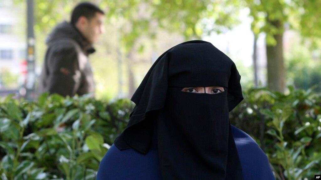 Mt phụ nữ mặc niqab tại một công viên ở Brussels, ngày 22/4/2010.