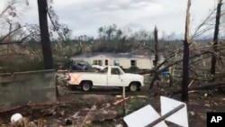 Foto menunjukkan puing-puing di Lee County, Alabama setelah apa yang tampaknya sebuah tornado melanda kawasan tersebut, Minggu, 3 Maret 2019 (foto: WKRG-TV via AP)