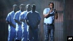 15일 미 로스앤젤레스 주에서 열린 제 58회 그래미상 시상식에서 베스트 앨범상 등 4개 부문에서 수상한 가수 켄트릭 라마가 공연을 펼치고 있다.