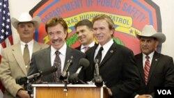 El actor Chuck Norris, junto a su hermano Aaron, en la ceremonia de nombramiento.