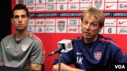 Jurgen Klinsmann, derecha, aseguró no estar preocupado por la falta de victorias de su equipo.