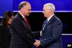 ຜູ້ຖືກສະເໜີຊື່ເປັນຮອງປະທານາທິບໍດີ ສັງກັດພັກຣີພັບບລີກັນ ເຈົ້າຄອງລັດ ທ່ານ Mike Pence, ຂວາ, ແລະ ຜູ້ຖືກສະເໜີຊື່ ເປັນຮອງປະທານາທິບໍດີ ສັງກັດພັກເດໂມແຄຣັດ ສະມາຊິກສະພາສູງ ທ່ານ Tim Kaine ຈັບມືກັນ ໃນລະຫວ່າງ ການໂຕວາທີ ຢູ່ທີ່ ມະຫາວິທະຍາໄລ Longwood ໃນເມືອງ Farmville, ລັດ Virginia.