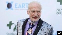 En esta foto de archvio se ve a Buzz Aldrin asistiendo a la Global Green Pre-Oscar Gala en Los Ángeles, el 28 de febrero de 2018.