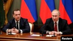 俄羅斯總統普京和總理德米特里·梅德韋傑夫(左)與俄政府成員在莫斯科舉行會議。 (2020年1月15日)