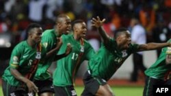 Các cầu thủ Zambia ăn mừng chiến thắng khi hạ Côte d'Ivoire 8-7 trong loạt đá 11 mét luân lưu