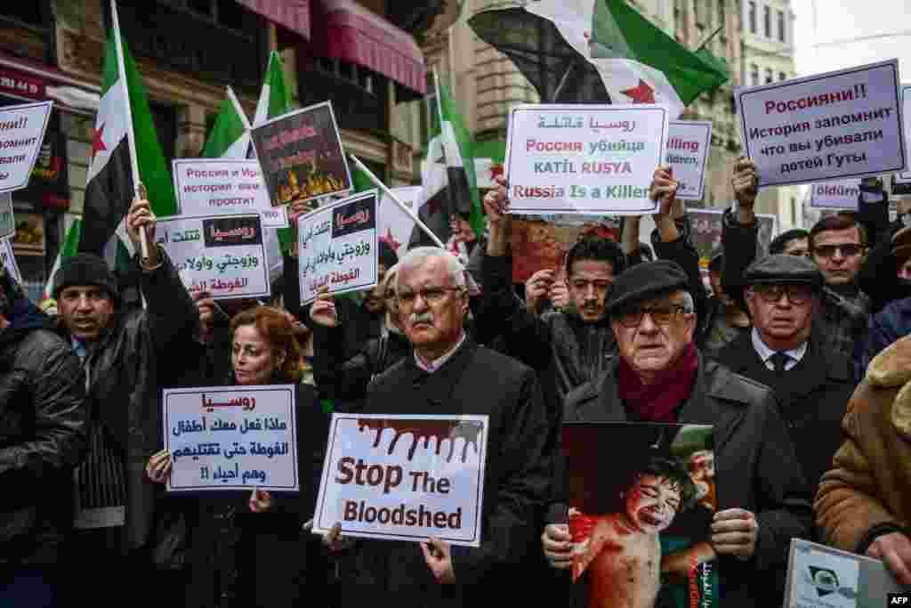 Tokoh oposisi Suriah George Sabra (tengah) melakukan unjuk rasa di depan Konsulat Rusia di Istanbul, Turki, untuk memrotes pemboman olah Suriah di wilayah Ghouta Timur.