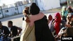 Para pengungsi saling berpelukan saat dibebaskan dari pusat penahanan pengungsi di Tripoli, Libya. (ilustrasi: courtesy UNHCR/Mohamed Alalem)
