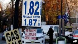 Giá xăng niêm yết tại một cây xăng ở Leonia, bang New Jersey, Mỹ ngày 24/11/2015. Giá xăng dầu ở Mỹ hiện thấp hơn tại Việt Nam.