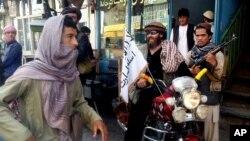 Бойовик Талібану на мотоциклі в місті Кундуз