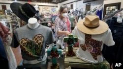 美國德州達拉斯一個商店老闆在為重新開門營業做準備。