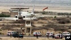 10일 추가 테러 공격이 가해진 파키스탄 카라치 국제공항 주변에 치안 병력이 배치돼있다.