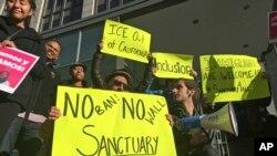 지난 4월 미국 캘리포니아주 샌프란시스코의 법원 앞에서 시위대가 '피난처 도시'에 대한 연방 보조금 지급을 중단하려는 미 행정부 정책에 항의하고 있다.