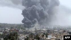 Khói bốc lên sau 1 vụ oanh tạc của NATO ở Tripoli