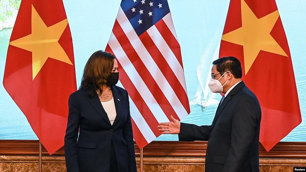 美国副总统哈里斯2021年8月25日在河内会见越南总理范明政(路透社)