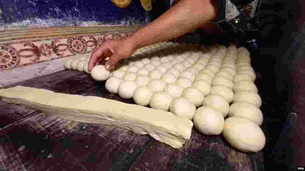 اس کے بعد پیڑے بنانے کا عمل شروع ہوتا ہے۔ ایک پیڑے سے بننے والی پرت پر گھی لگایا جاتا ہے اور پرت در پرت گھی لگانے کا سلسلہ 11 تہوں تک جاری رہتا ہے۔
