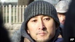 杨立才在法院外宣布要投案陪刘晓波坐牢