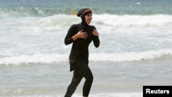 Pekerja sukarela Mecca Laalaa berlari di Pantai North Cronulla di Sydney dengan menggunakan burkini. (Foto: Dok)