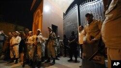 Pasukan keamanan Mesir melakukan penjagaan terhadap gereja Koptik di distrik Waraa, Kairo pasca serangan mau Minggu malam (20/10).