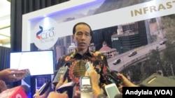 Presiden Jokowi menjawab pertanyaan wartawan soal persidangan MKD, 25 November 2015 (Foto: VOA/Andylala)