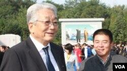 장웅 북한 국제올림픽위원회 위원(왼쪽). (자료사진)
