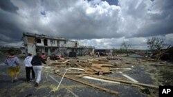 سرک و جادۀ عمومی در اثر طوفان ویران شده و پارچه های چوب روی سرک ها دیده میشود.