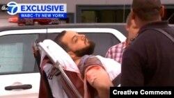 Ahmad Khan Rahami (kiri) diangkut dengan ambulans di Linden, New Jersey setelah sebelumnya terlibat baku tembak dengan polisi, Senin (19/9).