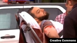 通缉犯拉哈米躺在担架上被抬上救护车。(2016年9月19日,视频截图)