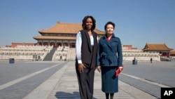 奥巴马夫人和习近平夫人在故宫留影。