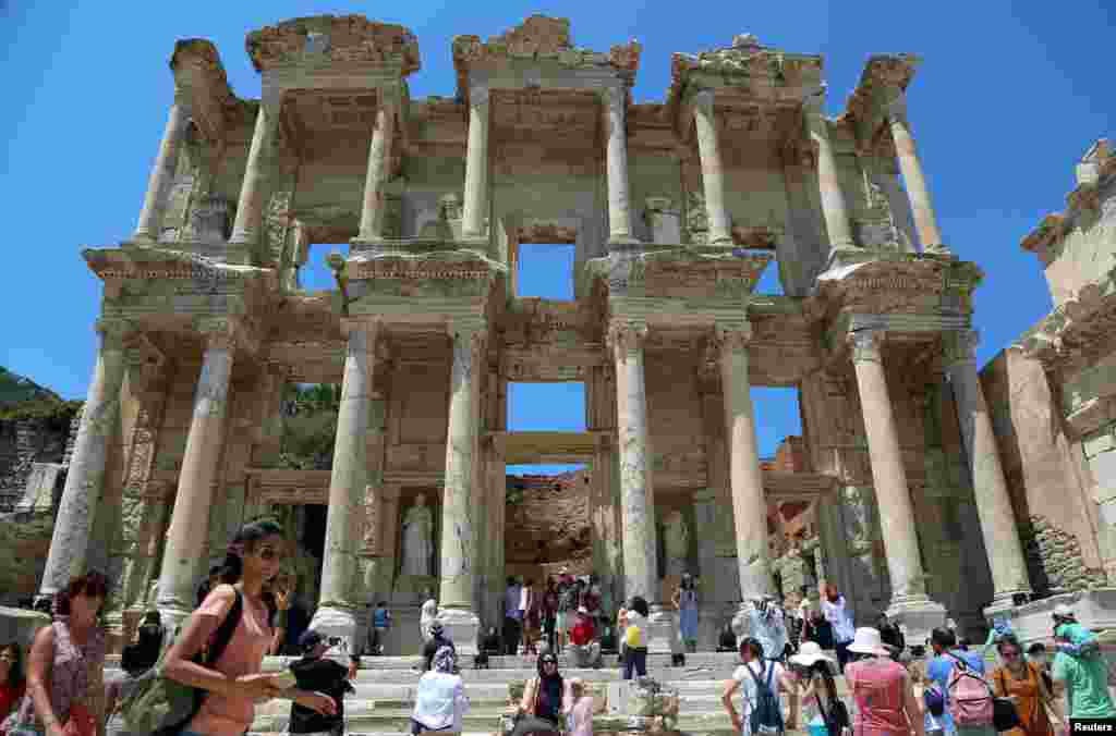 کتابخانه سلسوس در شهر تاریخی افسوس، در استان ازمیر ترکیه. اکثر گردشگران تور ازمیر متقاضی بازدید از این منطقه هستند.