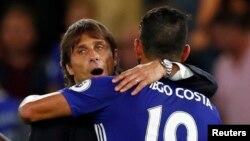 L'entraîneur de Chelsea Antonio Conte fait un accolade à Diego Costa après une victoire, à Stamford Bridge, 15 août 2016.