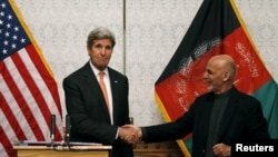 美国国务卿克里(左)与阿富汗总统加尼在喀布尔的新闻发布会上握手 (2016年4月9日)