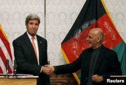 U.S. Secretary of State John Kerry shakes hands with Afghanistan's President Ashraf Ghani during a news conference in Kabul, Afghanistan, April 9, 2016.